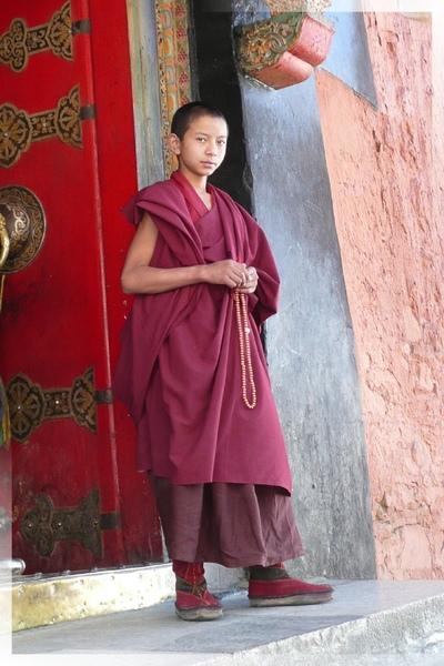 札什倫布寺-四世班禪靈塔祈殿-賣平安符的小喇嘛.jpg