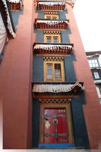 札什倫布寺-四世班禪靈塔祈殿-大殿側門和樓上的窗戶形成連環圖.jpg