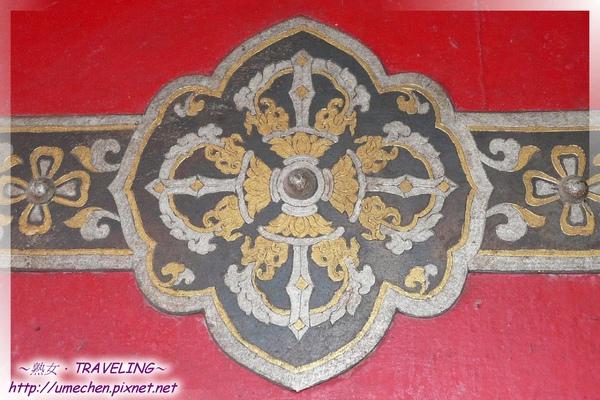 札什倫布寺-四世班禪靈塔祈殿-門板上的金剛杵圖案,代表慈悲和淨化語垢.jpg