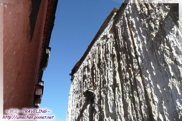 札什倫布寺-四世班禪靈塔祈殿-陽光在殿外的狹小巷道洩下.jpg