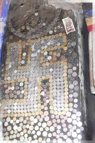 札什倫布寺-5-9世班禪靈塔祈殿-中庭入口門旁用酥油貼的錢幣和紙鈔,藏人認為是敬佛的表現,在很多地方都可看到.jpg