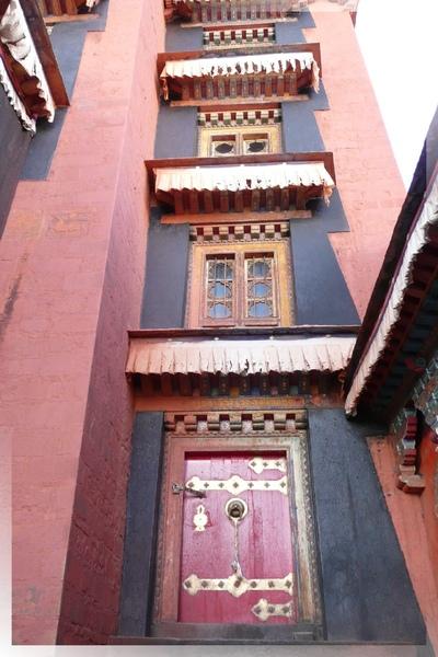 札什倫布寺-十世班禪靈塔祈殿-殿側兩邊同樣為簡潔但風格濃厚的門窗.jpg