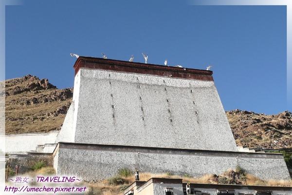 札什倫布寺-曬經台-每年藏曆5月14至16三天,在此展示無量光佛,釋迦牟尼佛,彌勒佛巨幅唐卡.jpg