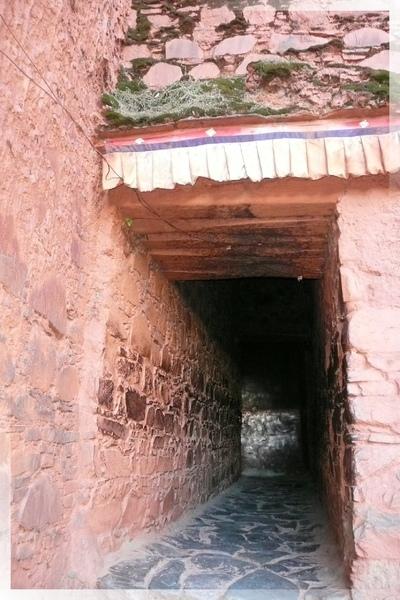 札什倫布寺-寺裏有不少的通道,是這樣的屋內小徑.jpg