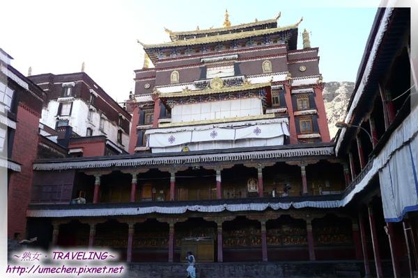 札什倫布寺-講經場中庭-中間高高的建築是十世班禪靈塔,最左只照到部份的建築是大經堂.jpg