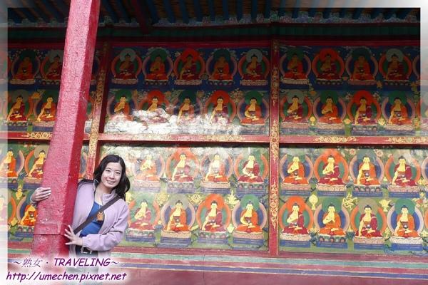 札什倫布寺-講經堂中庭-回廊下的彩繪千佛圖(3.jpg