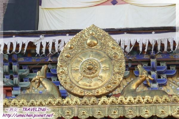 札什倫布寺-講經場中庭-拉近鏡頭看十世禪靈塔祈殿的臥鹿和法輪.jpg