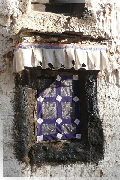 札什倫布寺-東側小徑-靜靜的小窗.jpg