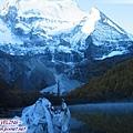珍珠海-仙乃日右邊有一金字塔山峰.jpg