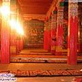 貢嶺寺-大殿的紅柱和坐毯勾織的莊嚴構圖.jpg