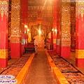 貢嶺寺-大殿紅柱群和習佛坐墊.jpg