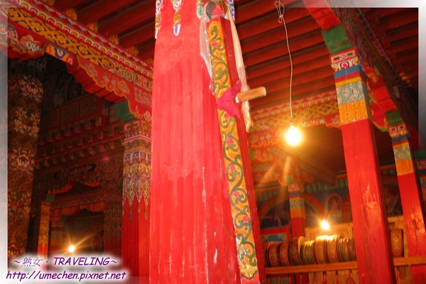 貢嶺寺-柱上的彩繪木棍,是伺候小喇嘛不專心嗎.jpg
