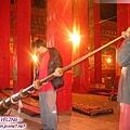 貢嶺寺-原掛在柱子上,請喇嘛拿下拉長吹奏.jpg
