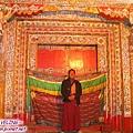貢嶺寺-喇嘛在關好的大門前留影.jpg