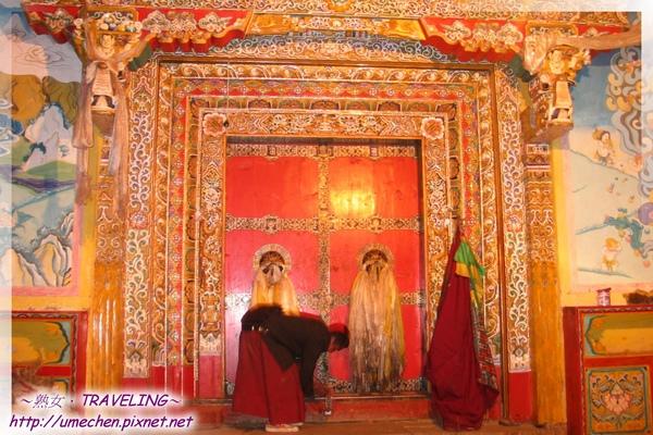 貢嶺寺-喇嘛關上大殿的門.jpg
