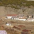 熱烏寺-稻城至亞丁途中剛開始爬山之處,這是左半部屬白教.jpg