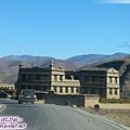 前往稻城-我們的吉普車和路旁的藏式民居.jpg