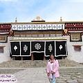 長青春科爾寺-大殿是純藏式的平頂,小窗及裝飾建築(塔公寺和惠遠寺為漢藏混合).jpg