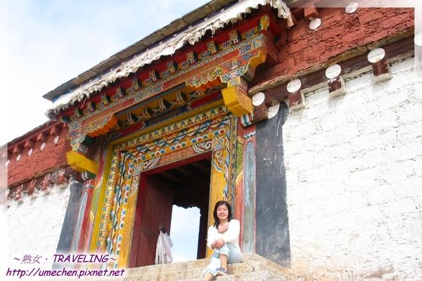 長青春科爾寺-我坐在寺廟入口台階上.jpg
