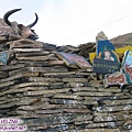 瑪尼堆-在長青春科爾寺寺外不遠處,路旁堆了像山的祈福石塊.jpg