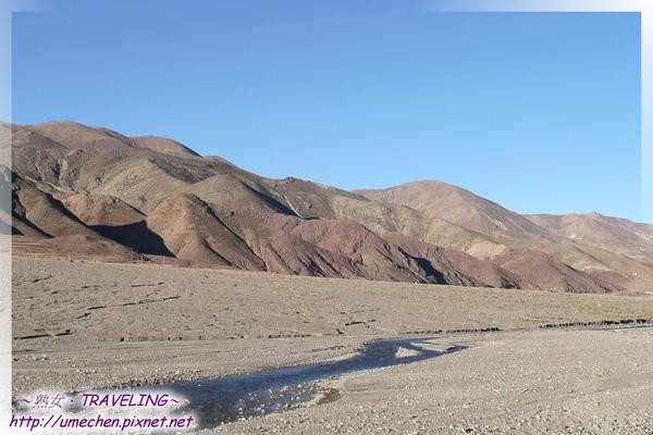 離開日喀則-沿途色澤紫紅美麗的小丘P1030103.jpg