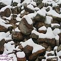 木格措-剛下雪未久的石頭,因光影呈現怪異又抽象的圖.jpg