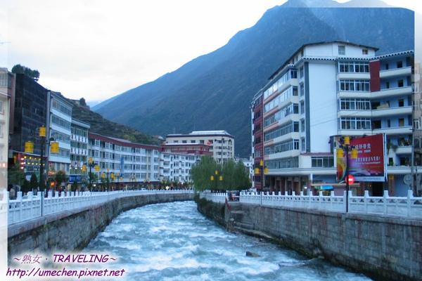 康定-折多河穿過跑馬山的山下.jpg