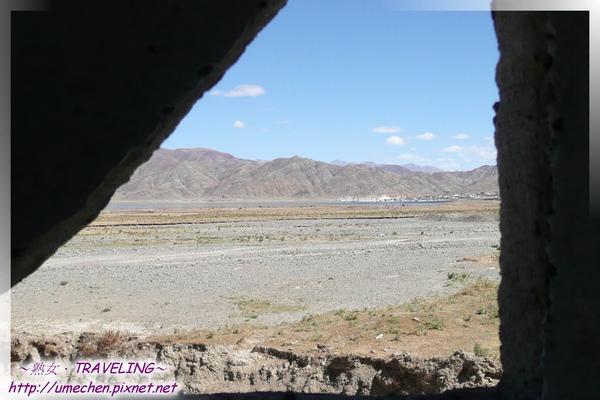 卡嘎鎮-由廁所窗口望昂仁金錯和縣城.jpg