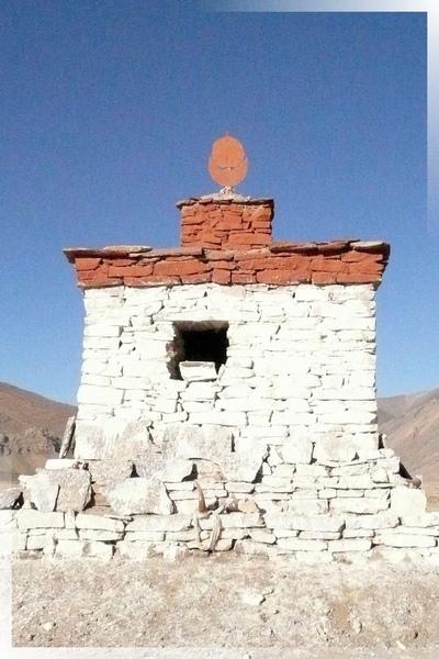 昔日達吉嶺寺-這是路邊最簡易的佛塔,內藏有經書等物.jpg