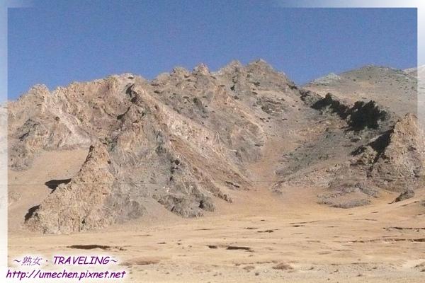 往拉薩鄉-如背甲的山體.jpg