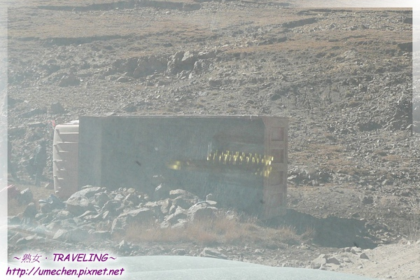 離開拉薩鄉-載石頭的工地貨車,竟翻覆在地.jpg