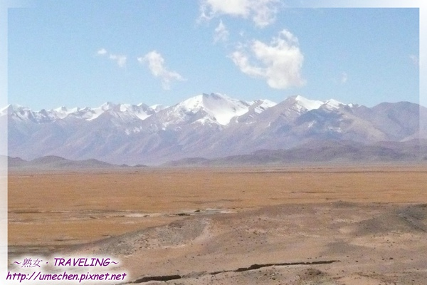 仲巴平安寺-遠方的喜馬拉雅山脈一直陪著我們.jpg