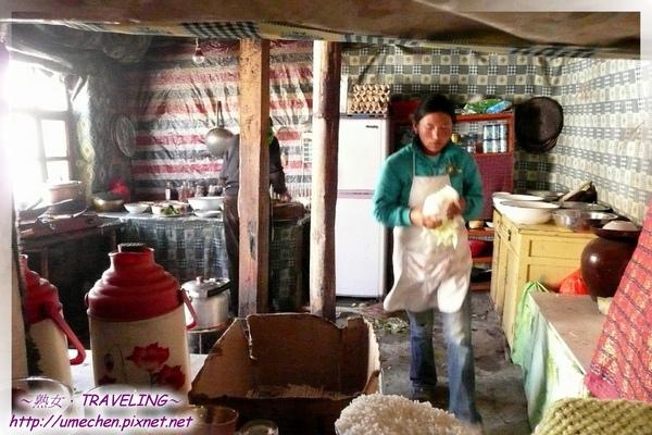 老仲巴-老闆娘忙著煮28人分的午餐.jpg