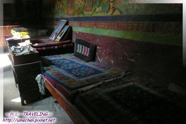 仲巴平安寺-殿中的喇嘛坐椅.jpg