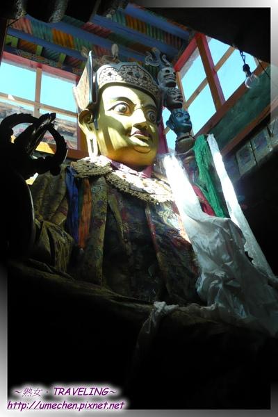 仲巴平安寺-蓮花生大師的雕像近2樓高.jpg