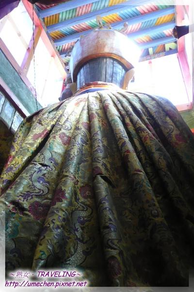 仲巴平安寺-蓮花生大師雕像的錦緞半月形被風.jpg