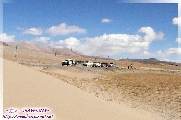 五彩沙漠-我們的吉普車隊.jpg