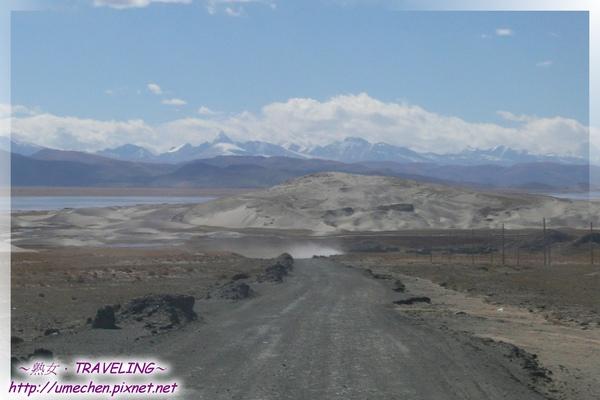 離開沙漠-五彩沙漠與雪山.jpg