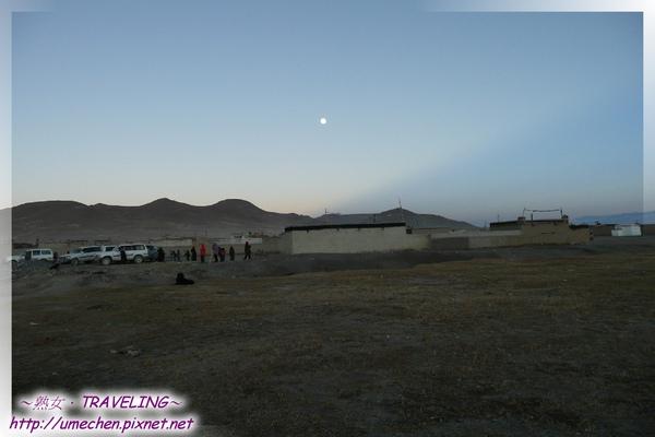帕羊-賞夕陽-回頭看車隊,月亮在帕羊上空.jpg