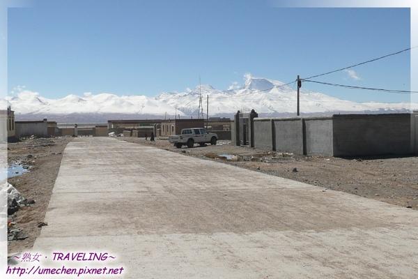 霍爾鄉-前面是瑪旁雍錯和納木那尼峰.jpg