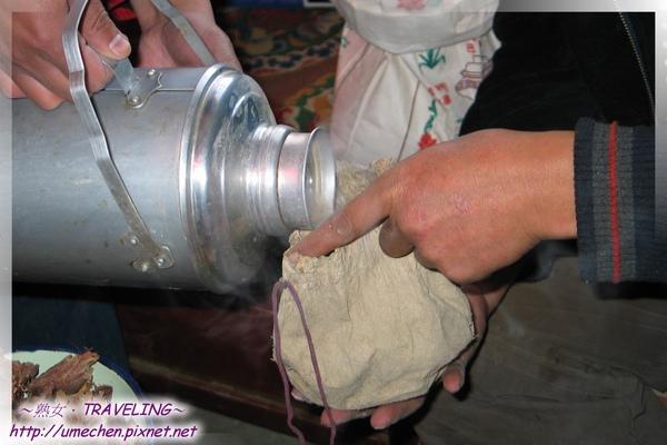 李師傅做糌粑-再倒一些酥油茶到袋子裏.jpg