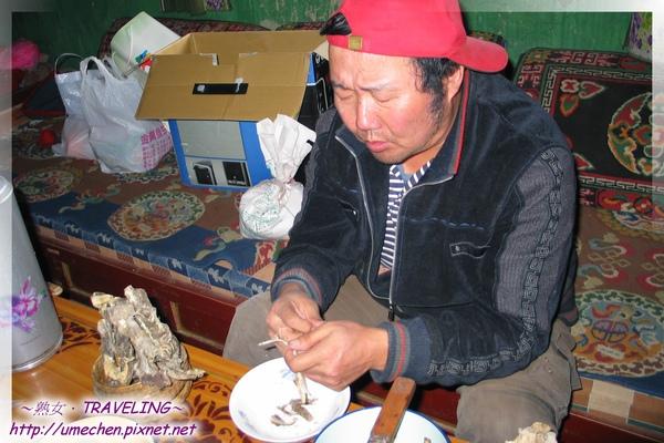 型男主廚-李師傅用刀子和手弄出風乾犛牛肉.jpg