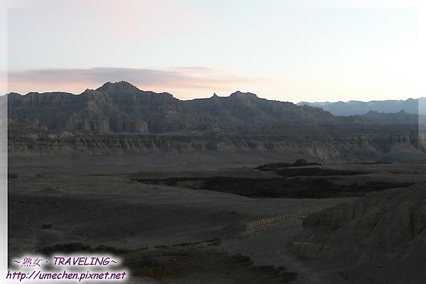 古格日出-這張可以看到山下一排的佛塔.jpg