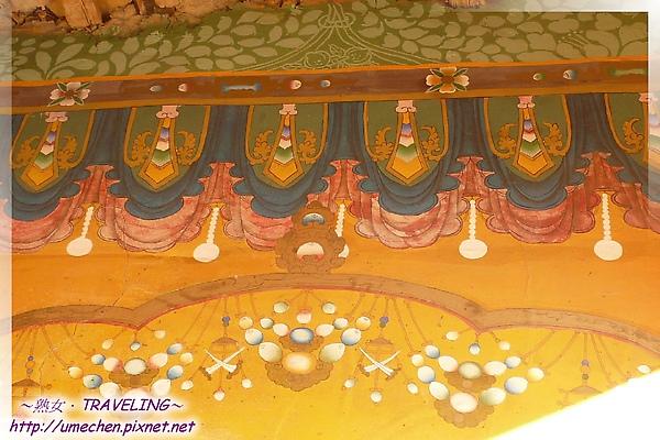 古格-度母殿-門廊和柱子是蛋黃色,相當亮眼舒服.jpg