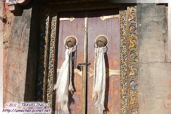 古格-護法殿-大門的浮雕是彩色的.jpg