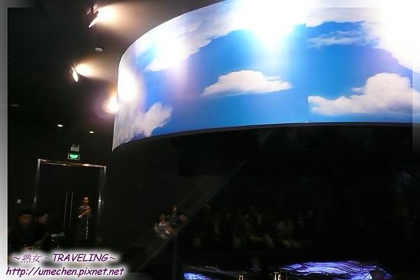 台北案例館-未來劇場-大家圍著金字塔坐,影片就在金字塔中播映.jpg