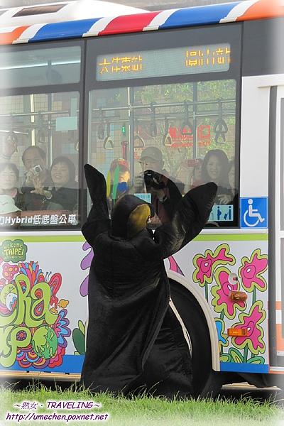 遊行-企鵝搭不上公車.jpg