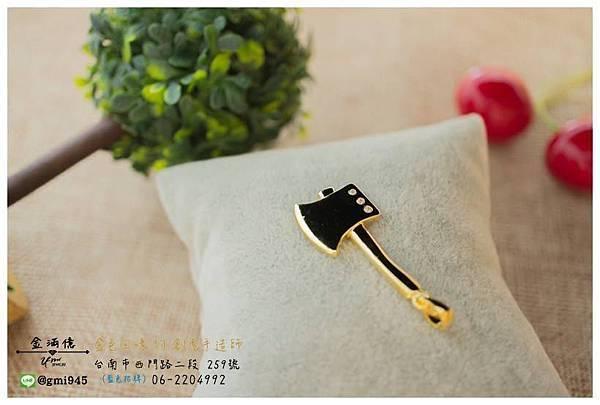 【客製化 #黃K金斧頭墜子】  好奇為什麼客戶要訂做斧頭項鍊? 原來~ 🌿 斧=福 🌿,也有避邪的意義喔! 感覺當 #彌月禮物 也不錯。  💎-----------