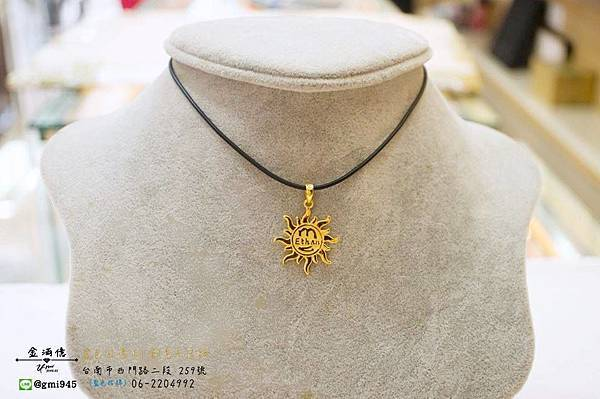 【客製化 #黃金太陽姓名墜飾】  媽媽給兒子的一個獨特的禮物 ~  有個性又陽光的,上面有你的名字, 背面雷刻上勉勵的話語,超有意義的!!  --------