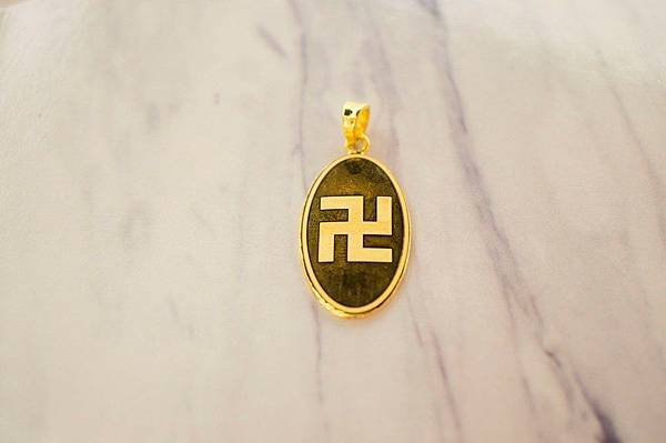 【客製化 阿彌陀佛 #黃金墜飾】  圓潤點的橢圓造型,側邊加上滾花 多了份柔和慈祥感吧!  #正反兩面的內容都是可以訂製的喔 💎--------------------